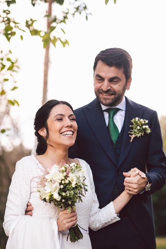 precio fotografo boda, novio sujetando mano novia, novia sonriendo