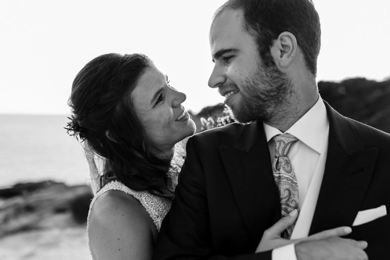Wedding destination, Posado novia blanco y negro mirandose