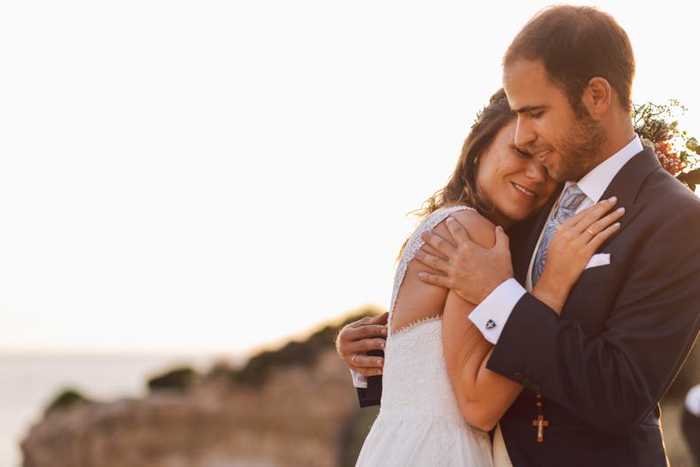 wedding destination, Posado novio mhares sea club, novios abrazandose con vista al mar